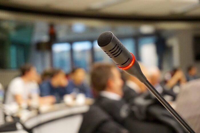 Como escolher um bom tradutor simultâneo para seu evento